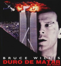 En lo alto de la ciudad de Los Ángeles un grupo armado terrorista se ha apoderado de un edificio tomando a un grupo de personas como rehenes. Sólo un hombre, el policía John McClane (Bruce Willis), ha conseguido escapar del acoso terrorista. Está solo, pero mantendrá una lucha feroz y agotadora contra los secuestradores. Es la única esperanza para los rehenes…